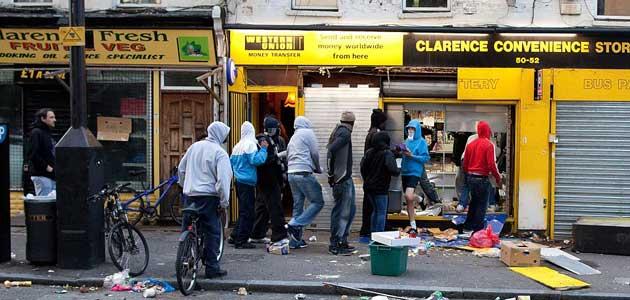 british-rioters-queueing