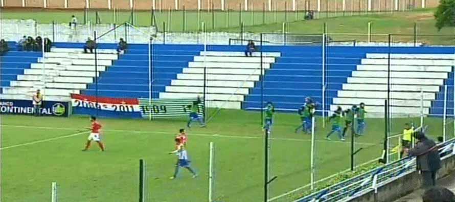 Players warming up at Estadio Juan Canuto Pettengill