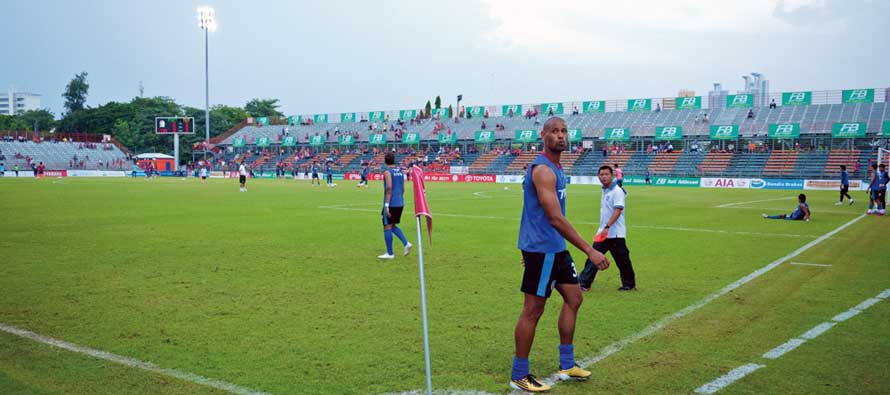 Players warming up at Saraburi Stadium